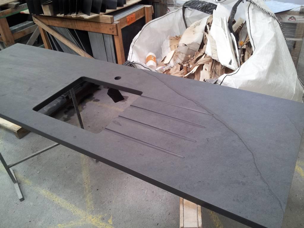 Minardoises plan de travail cuisine avec vier ardoise du br sil noire for Plan de travail en pierre naturelle